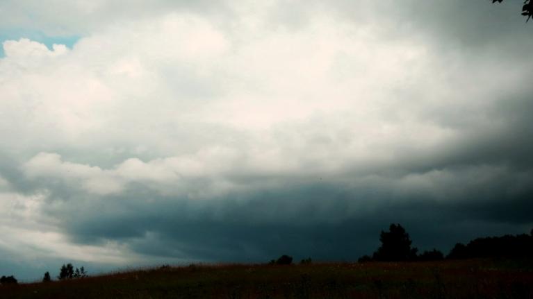 """Ap trijiem uzrodas pirmie """"negantie mākoņi"""", nolīst  ~6-7 mm lietus."""