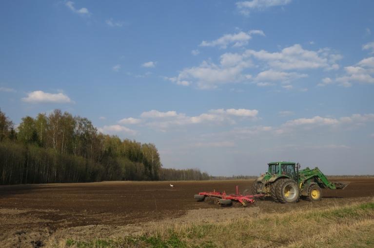 """""""Druvā minūte dārga""""- dažiem brīvdienas, bet lauksaimnieki steidz sastrādāt laukus."""
