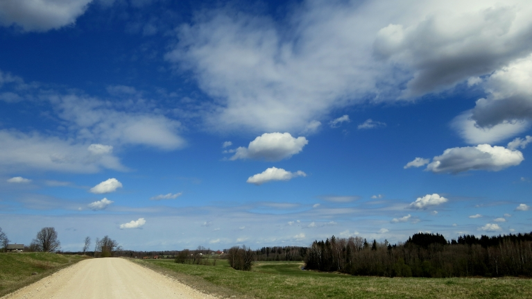 Ap pusdienlaiku skaisti zilas debesis ar maziem mākonīšiem.