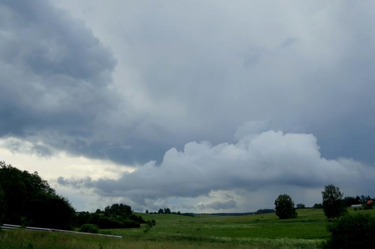 Šodien gar pamali rūkdami un dārdēdami stumdījās lietus mākoņi.