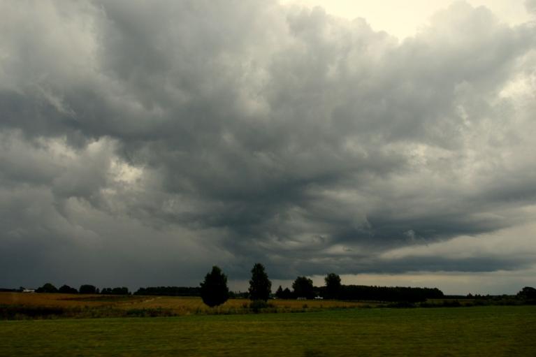 Tomēr ilgi uzturēties skaistajā un mežainajā Daugavas ielejā nav lemts, jādodas mājup. Pa ceļam vēl piedzīvojam divus lietus/negaisa mākoņus.
