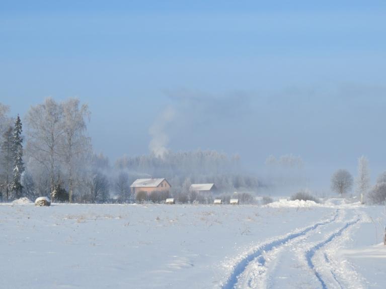 Dūmi, kas izplūst no skursteņiem, tūdaļ pārvēršas jaunos mākonīšos.