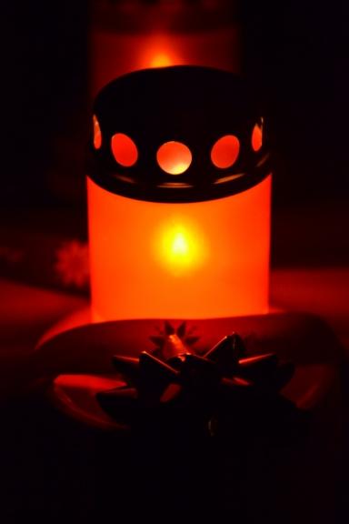 Tumšajos vakaros iededzu svecīti - gaišumam un piemiņai...