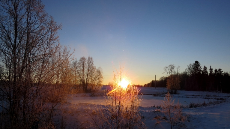 Rīts atausa saulains un auksts.