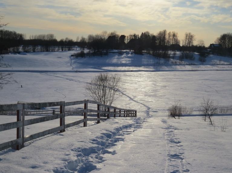 17. marts- sniega virskārta pārvērtusies ledū- cik pa dienu atkūst, tik naktī sasalst.