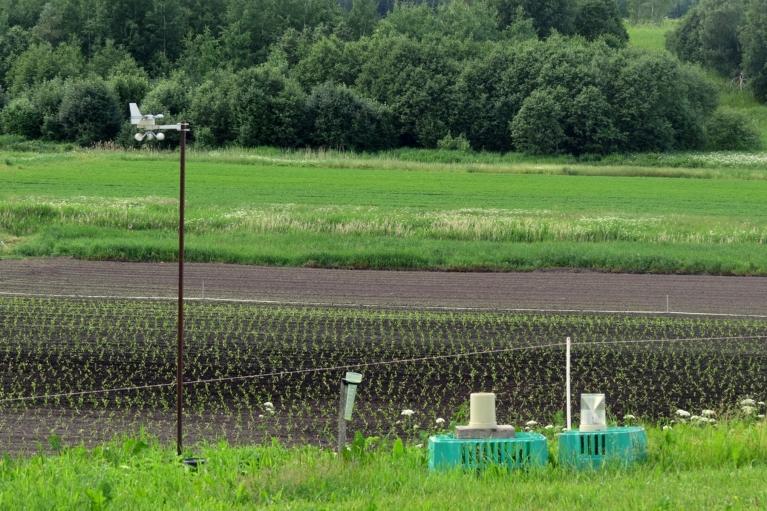 Tā daži zemnieki veic savu mazo meteonovērošanu.