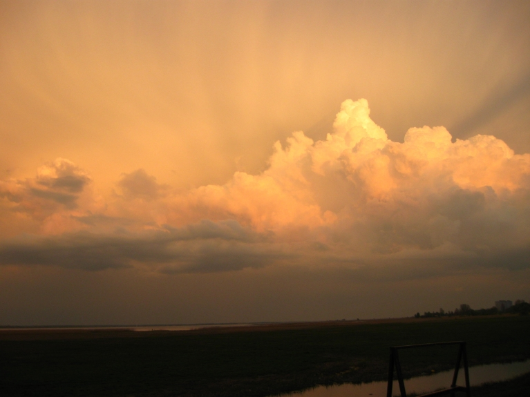 16.Maijs īs mirklis pirms pērkona negaisa virs Liepājas ezera pļavām.....