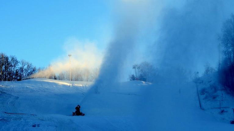 Sniega nav pārāk daudz, tāpēc visās Siguldas trasēs darbojas sniega lielgabali.