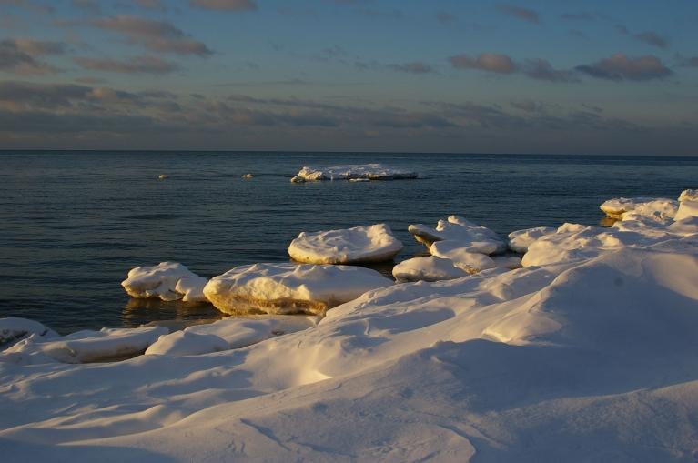 Autors: Mulkari. Saulkrastu pludmale, 20.02. Jūrā A puses vējš ledu aizpūtis projām un saglabājušies tikai uz grunts sēdošie ledi pašā piekrastē.
