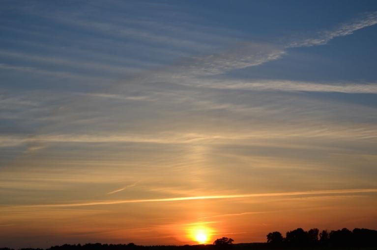 Trešdienas, 19. jūnija saulriets - pirms siltās frontes.