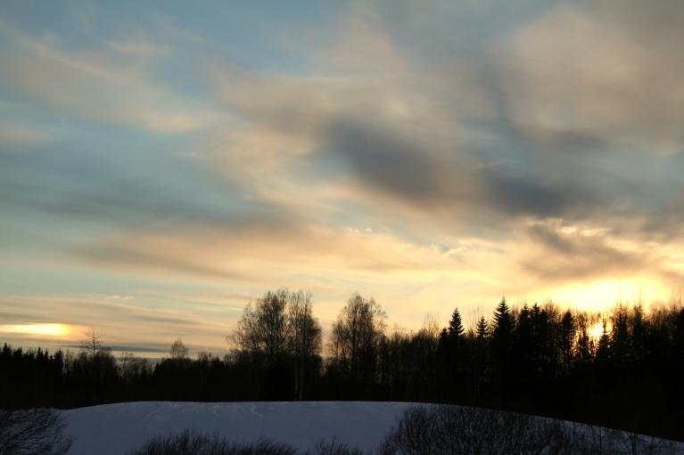 Vakarpusē pie debesīm divas saules.
