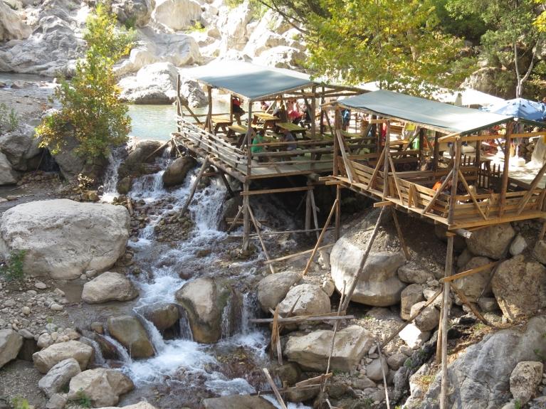 Atpūtas vieta pie kalnu upes...