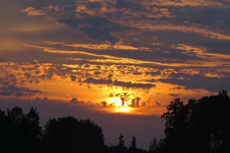 Vakarā saule iebrien mākoņos.