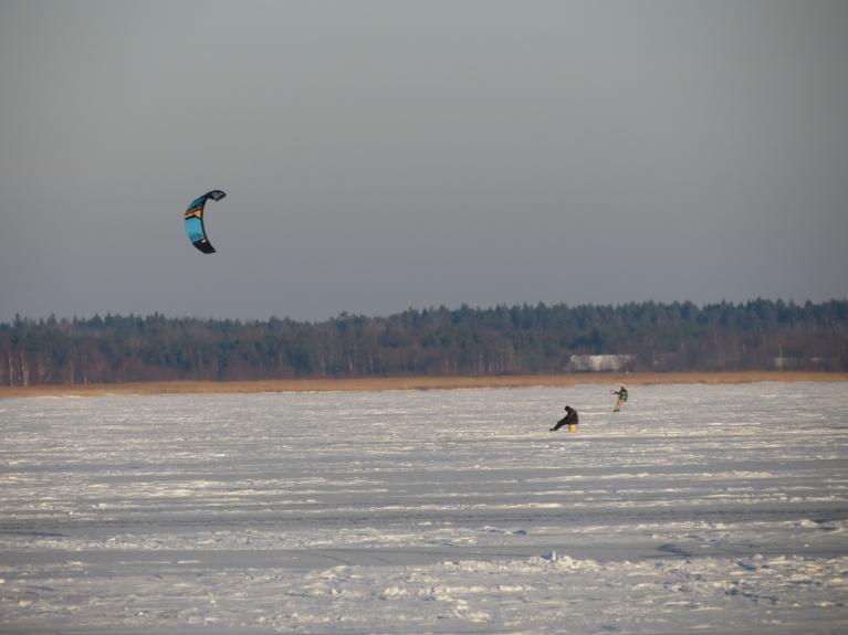 Uz ledus dažāda veida aktivitātes - citi bauda sauli, vēju un ledu, bet vēl kādi turpretī turpina mierīgi sēdēt un gaidīt savu lomu (bļitkotāju gan maz, daudz vairāk to ir uz kanāla ledus)