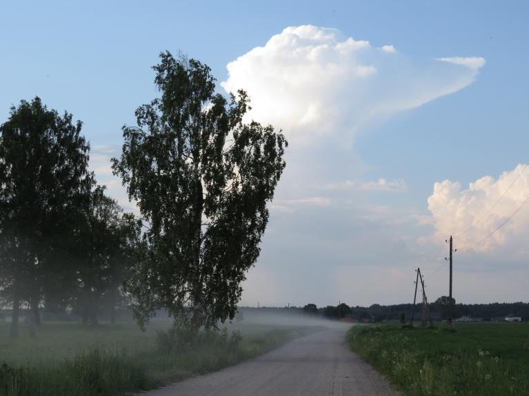 Tā nav migla, bet lauku ceļi, kas put...