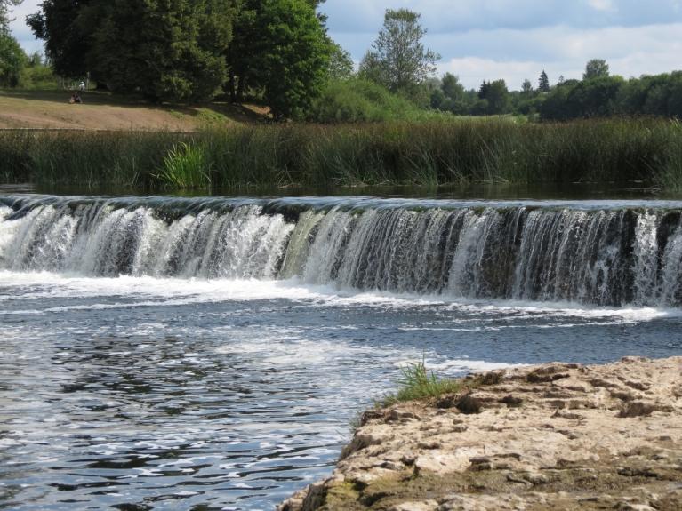 Augusts - peldes laiks platākajā Eiropas ūdenskritumā
