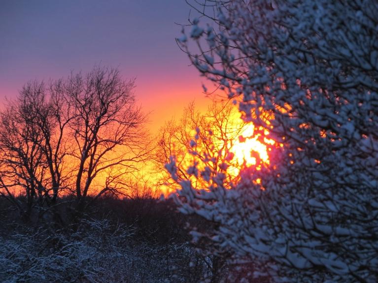Uz saulrieta laiku debesis atkal uz brīdi noskaidrojas.