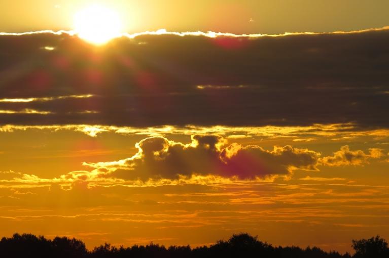 Saule slīd uz rietu, gaisa T strauji pazeminās.