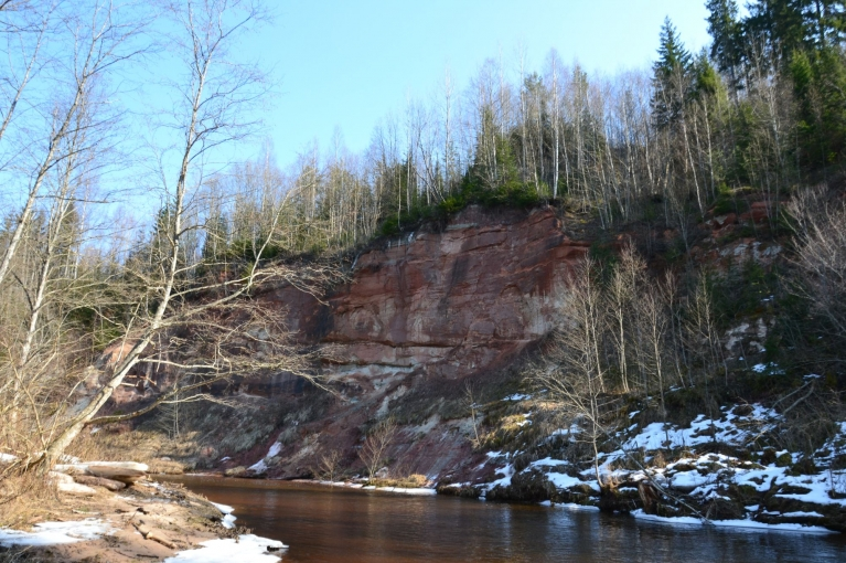Iespaidīgais Dzilnas iezis, apmēram 37 metrus augsta krauja un viena no izteiktākajām klintīm Latvijā.