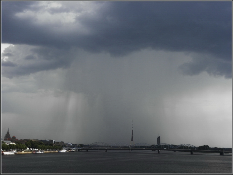 Negaiss veidojas virs Rīgas.