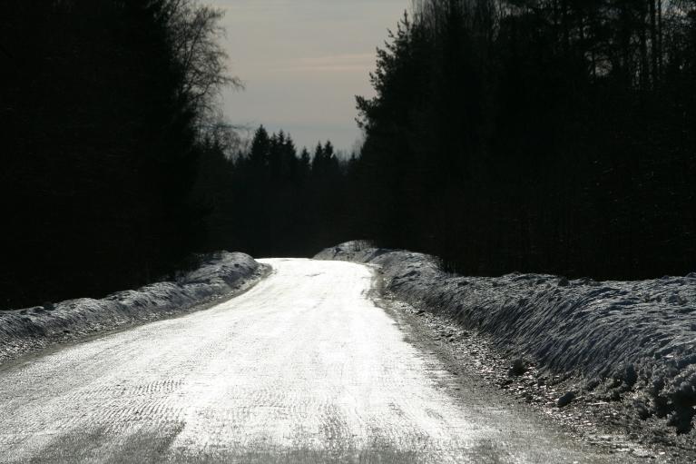 Lauku ceļi vienā ledū, vieglāk braukt nekā iet kājām.