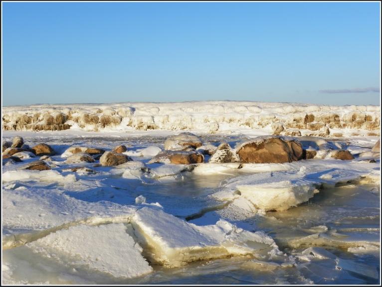 Šoreiz pie mōla atnacu no citas-no jūras puses,pa ledu...