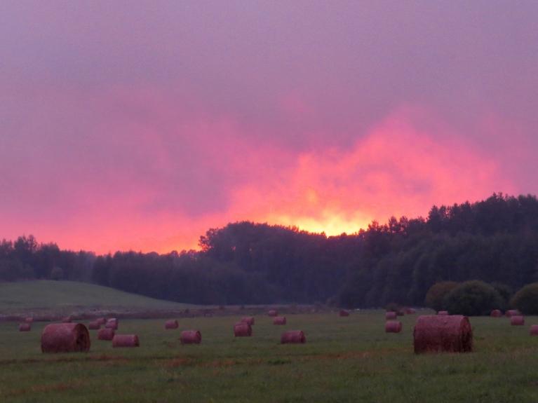 2. septembra saulriets- ugunīgi sarkans.