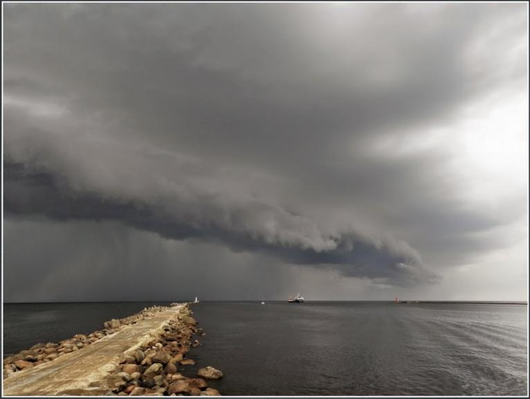 Augusts paliks atmiņā ar absolūto karstuma rekordu, kas noslēdzās ar varenu negaisu un vētru