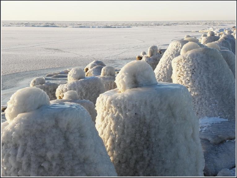 Mola vīļņlauži ledus gūsta...