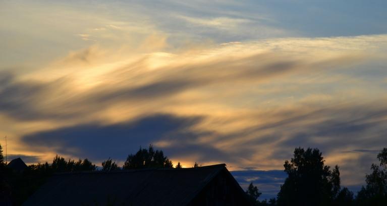 Tās dienas saulrietā saule iegrimst mākoņu zonā, kas nākamajā dienā nesīs apmākušās debesis un nelielu lietu.