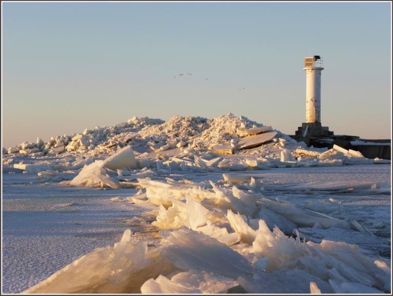 Gāju gar plaisas malu uz mola pusi,pa vidam fotografejot ledus kravumus iespeju robezas...