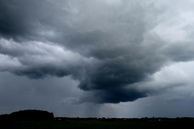Pirmsjāņu laiks sācies pavisam nelāgi - ar vēsumu un pamatīgām lietusgāzēm.