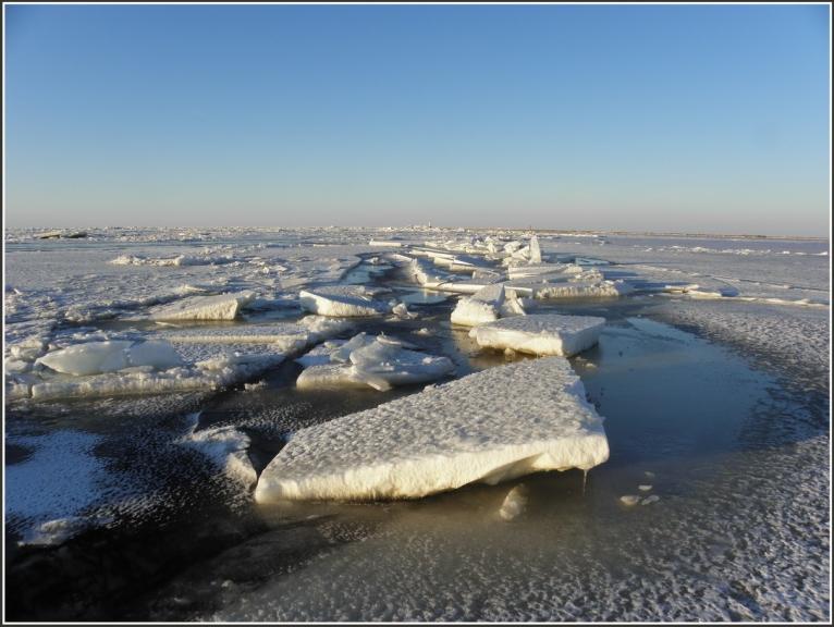 .. tomer sasniegt to nesanaca-pusceļā sākas salauzta ledus lauks-haotiski ledus gabali ,starpā pārvilkti at plano jauno ledu... talak virzīties bīstami.