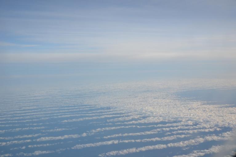 13. marts. Skats uz mākoņiem no augšas caur lidmašīnas logu. Vēl ceļā uz Briseli.