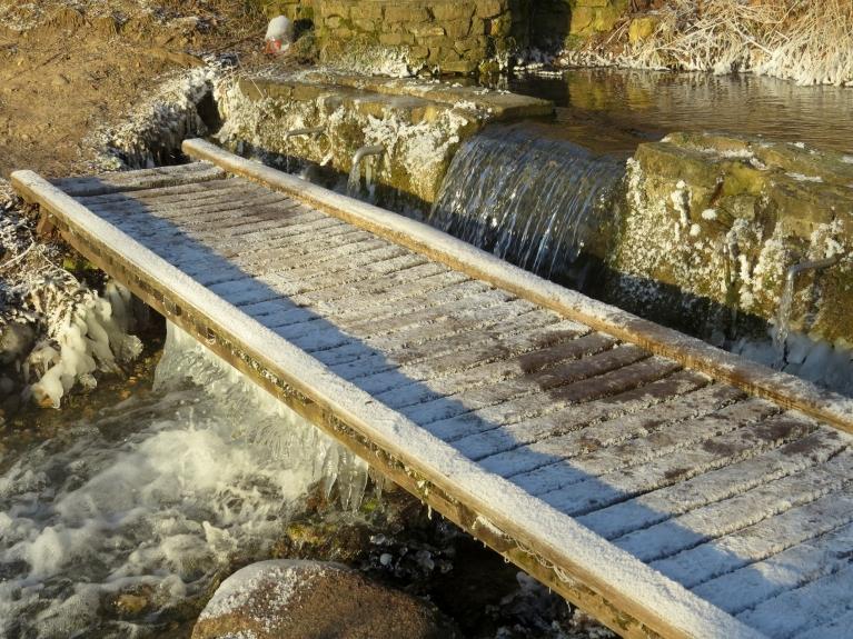 Daudzi siguldieši pēc dzeramā ūdens dodas uz spēcīgi plūstošo Saltavotu.