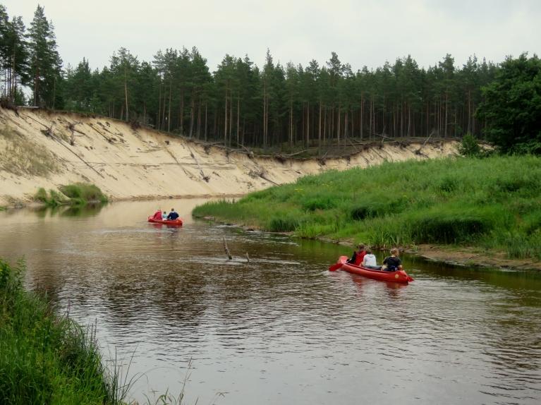 Irbes upes krastos- daudz ūdenstūristu.