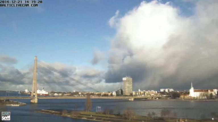 """Drusku vētraināks kopumā siltais decembris kļuva pret mēneša vidu, kad BILLIE vētra jau aizskrējusi. Te """"līča"""" efekta mākoņi pie Rīgas 21.12.14. (webkameras attēls)."""