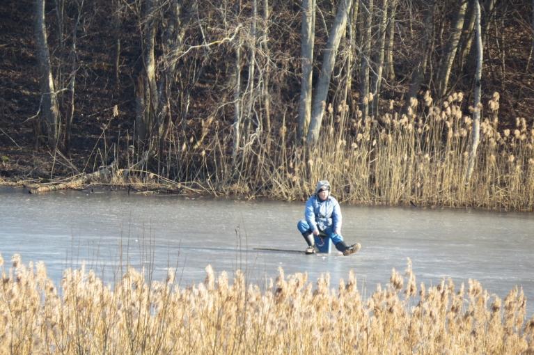 Uz nedrošā dīķa ledus vēl sēd makšķernieki.