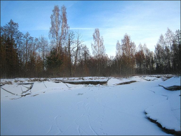 Ūdens līmenis upē nokrities vairāk kā par metru, gar krastiem atstājot pirmo ledus vāku, zem kuriem ļoti skaisti ledus veidojumi.