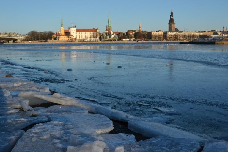 Vējš pie Saules akmens krastā iznesis jau kādus senākus ledus gabalus.