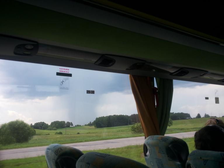 ...un smuks gāziens, vien nepareizajā autobusa pusē sēžu... Vēlāk gan izbraucām cauri varenai lietusgāzei. :))