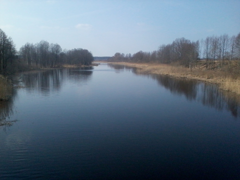 Rindas pirmei 8 km drīzāk ir šaurs ezers nekā upe, straumes nekādas, platums 30 - 80 m un dziļums 2 - 4 m