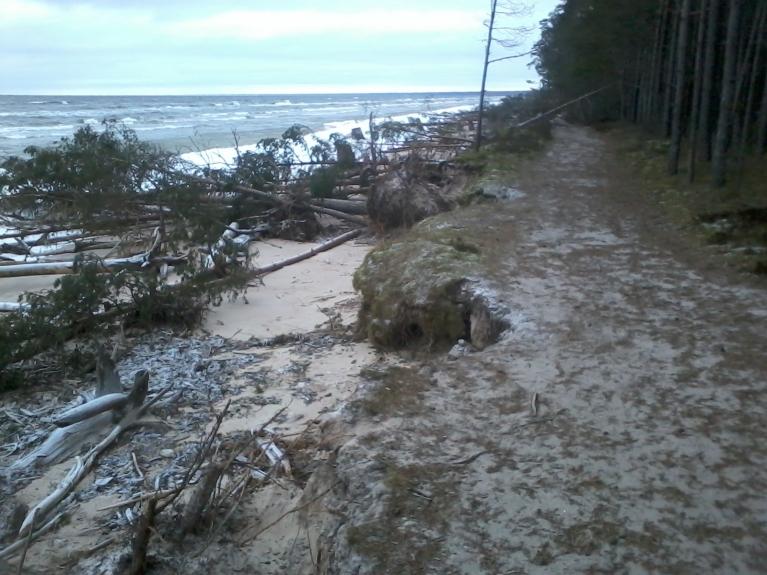 Decembra vētra izraisījusi nelielu krasta eroziju līča pusē.