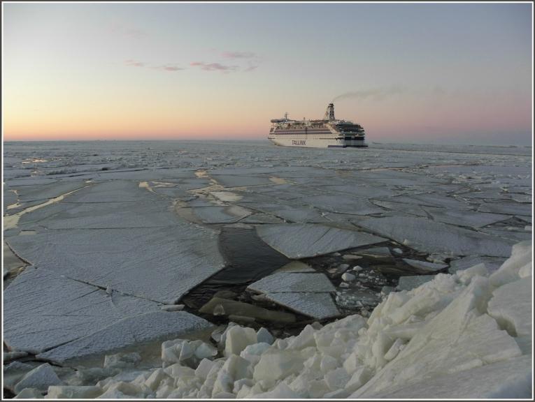Tallink aizpeld garām un visa ledus sega sakustās,ledus gabali lūzt un peld,tur kur nesen vel kāpu virsū tagad skalojas udens...