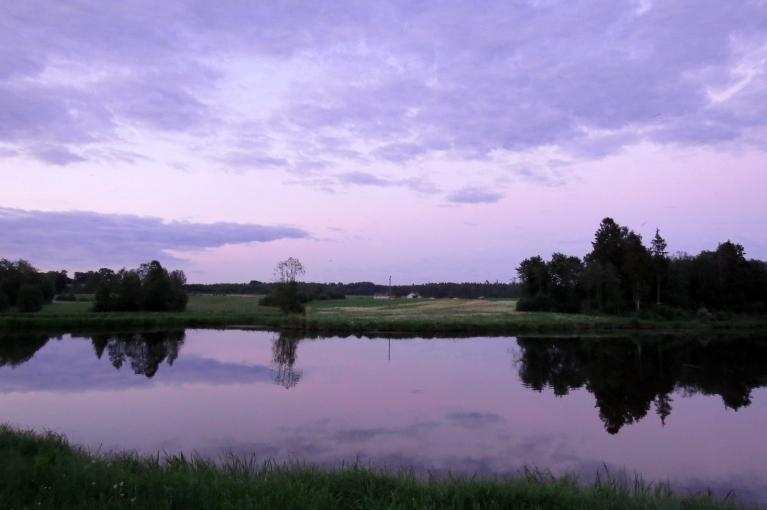 Pusvienpadsmit vakarā, saule aiz horizonta, bet pie ūdeņiem rosība tikai sākas.