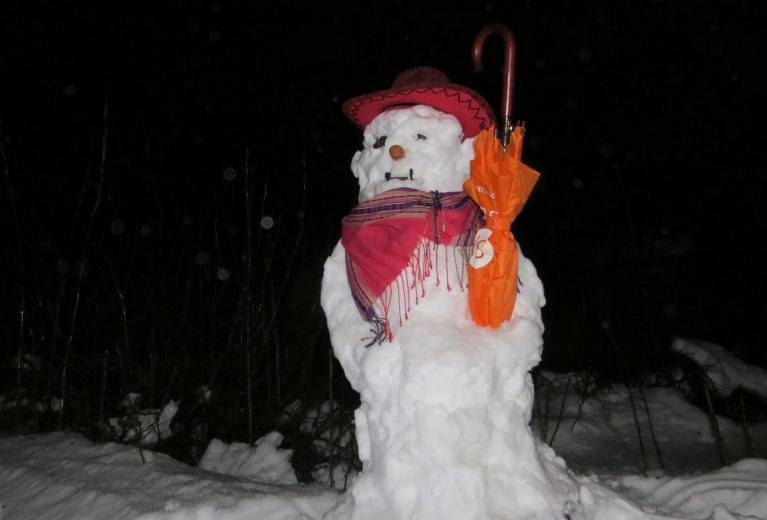 Vakarā nevaru noturēties un uzceļu šīs ziemas pirmo (un varbūt pēdejo) sniega vīru.