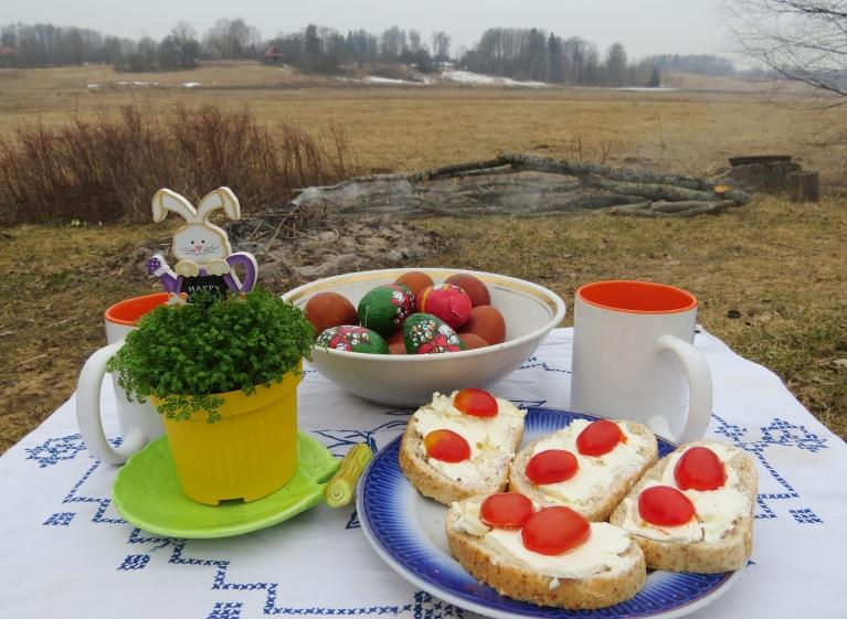 """Par godu  """"bezsala rītam"""", Lieldienu brokastis baudu brīvā dabā,  līdz ar ko atklāju """"piknika sezonu""""."""