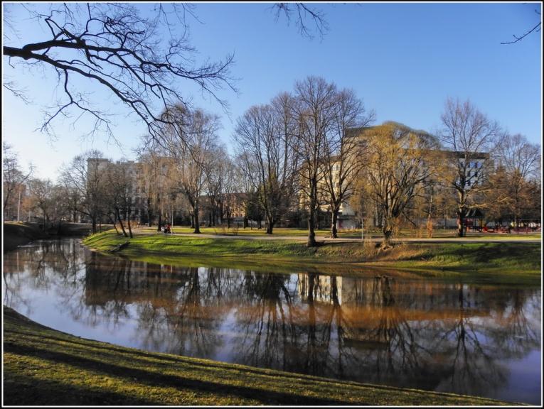 Pavasaris atnāca vēlu, bet sākas ļoti strauji. Rīgas kanāls.