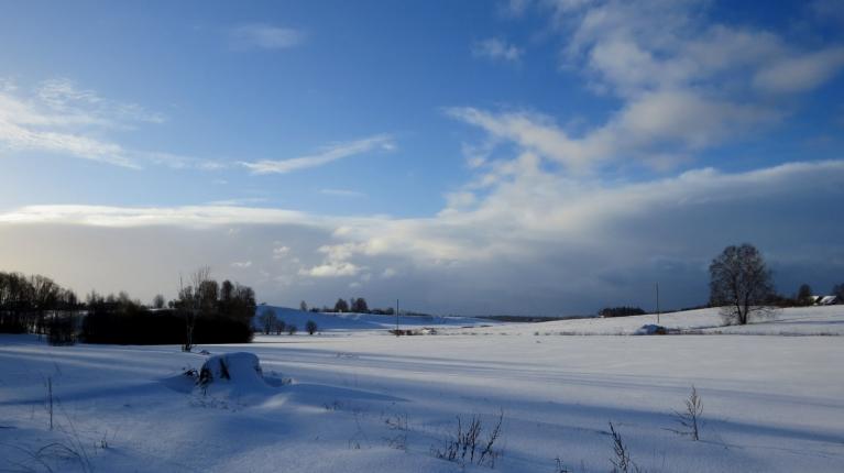 Gar pamali  turpina pārvietoties jauni sniega mākoņi.