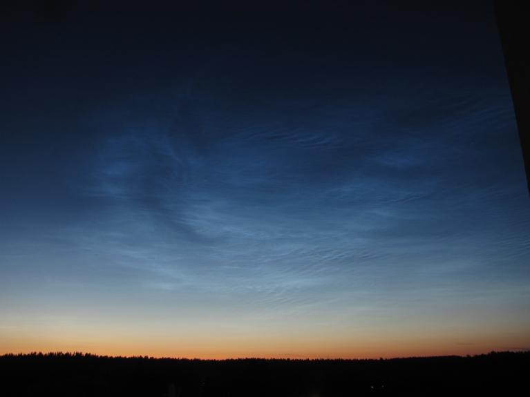 Foto: amatiere. Naktī Cēsīs vērojami skaisti sudrabainie mākoņi (3.07.)
